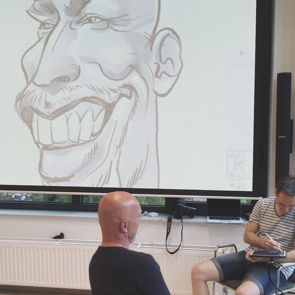 Gäste verfolgen über eine Lenwandprojektion den Karikatur Liveact