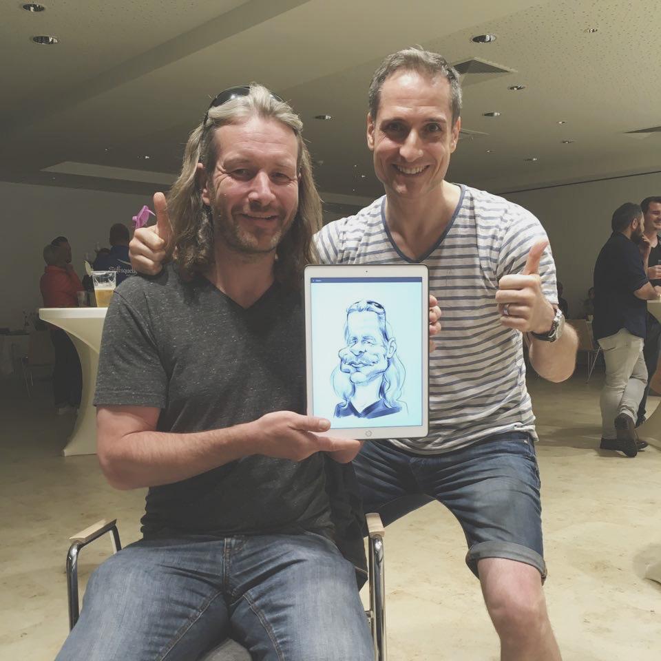 Ein lächelnder Gast posiert mit seiner persönliche Karikatur beim Liveact Event